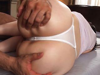 Suzuhara Emiri showcasing her bubbly nice ass