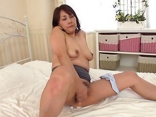 Ikumi Kondou masturbates like a true pornstar