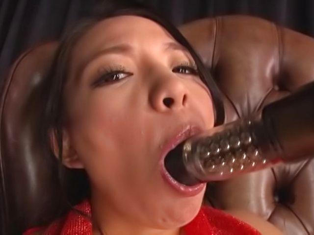 Mako Oda, gets naughty on a dildo